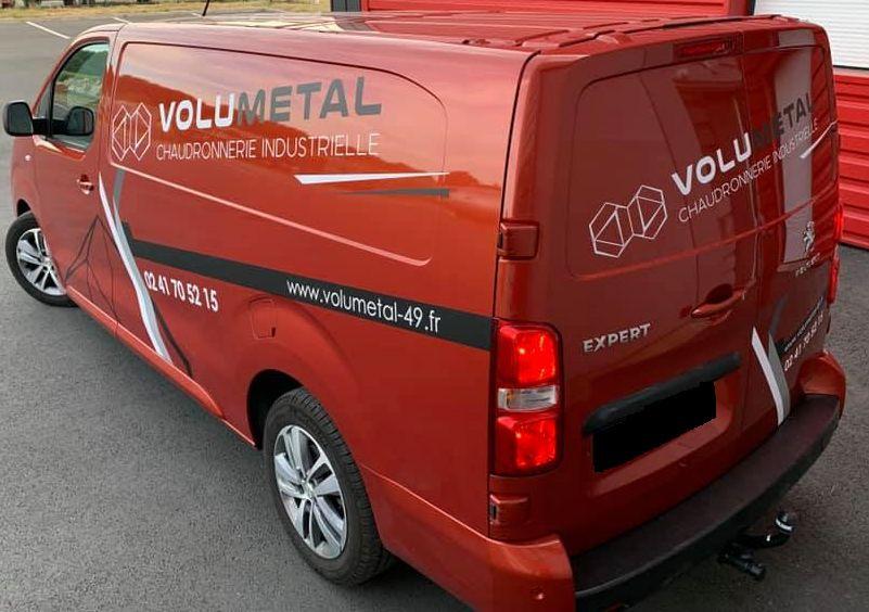 Camion de chantier VOLUMETAL cuivré avec des stickers de l'entreprise 02 41 70 52 15