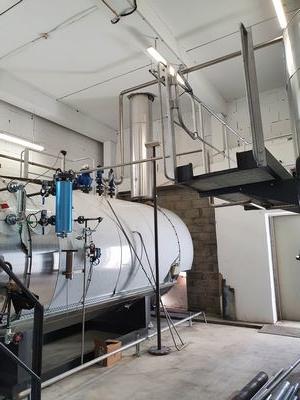 Installation d'une tuyauterie neuve en acier inoxydable dans une laverieindustrielle