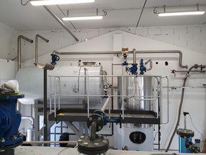 Photo d'une partie de l'ensemble de la tuyauterie en acier inoxydable d'une laverie industrielle